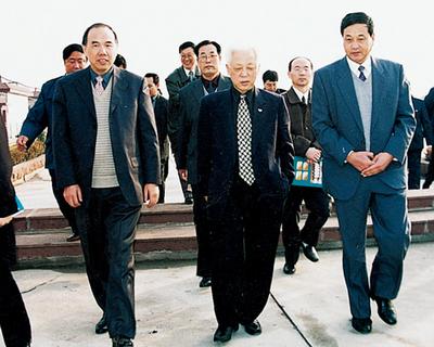 2001年9月时任全国人大副委员长周铁农来集团视察