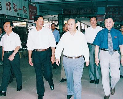 2000年9月时任全国人大副委员长姜春云来集团视察
