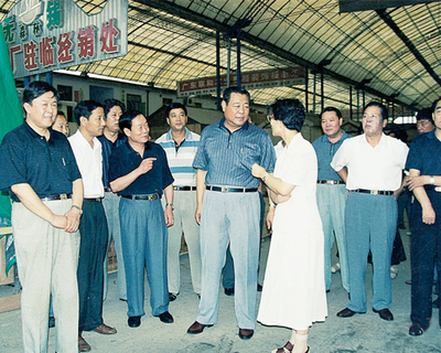 1998年9月原山东省长李春亭视察华东胶合板市场