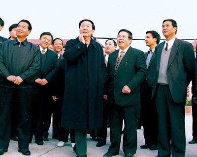 2000年11月时任国务院总理朱镕基来集团视察