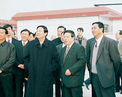朱镕基总理视察商人村
