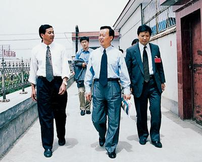 2002年原山东省委副书记陈建国来集团视察
