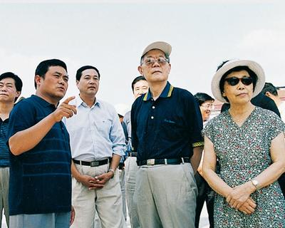 2002年原全国人大副委员长周光召来集团视察